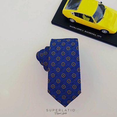 corbata azul pequeña flor amarilla