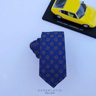 corbata jaspeada azul con flor amarillo