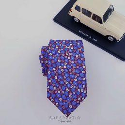 corbata con flores liberty burdeos